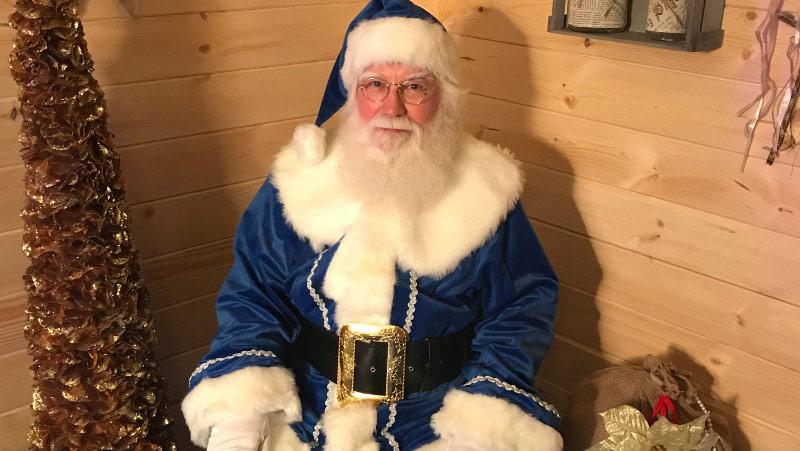 Babbo Natale seduto nella baita