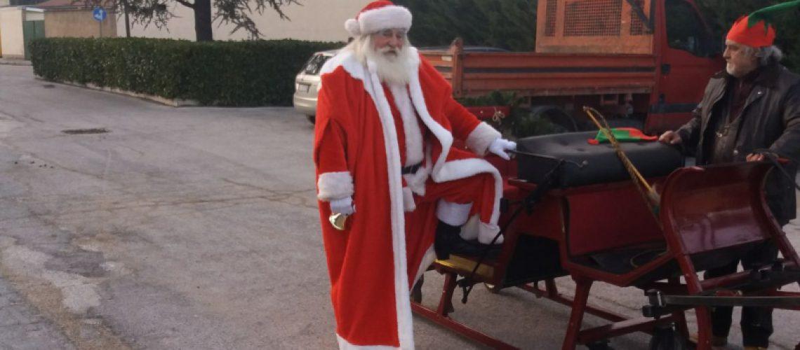 A Che Ora Arriva Babbo Natale.Babbo Natale Sulla Slitta Eccolo Che Arriva Vero Babbo Natale